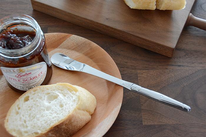 スマートで不思議な形のこちらは、ジャム専用スプーンです。細身なので、ささっとジャムをすくってパンに塗るのにぴったり♪柄の部分も長めなので、深さのある瓶にも使いやすいですね。