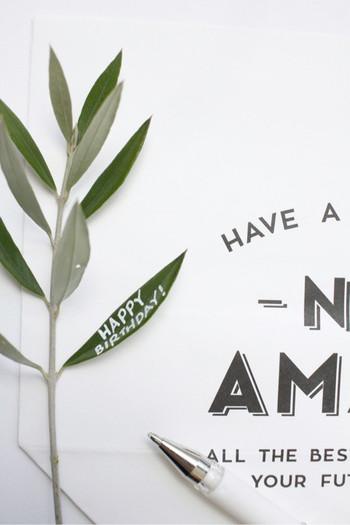 オリーブの葉も同様に、葉に直接メッセージを描いてしまえば立派なメッセージカードに。