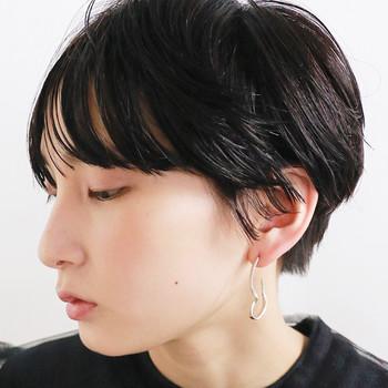ショートヘア向けの簡単なレトロヘアアレンジは、ワックスを髪全体に馴染ませ、サイドをタイトにまとめます。前髪を、さりげなく横に流して整えれば完成◎の簡単アレンジ。