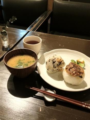 """ひとつひとつ丁寧に握ったおにぎりが食べられるのが、東京・千駄木の「おにぎりカフェ利さく」。厳選した食材を全国から取り寄せ、丁寧に羽釜で炊いています。こちらは、おにぎり2個とお味噌汁が付いた""""朝のセット""""。"""