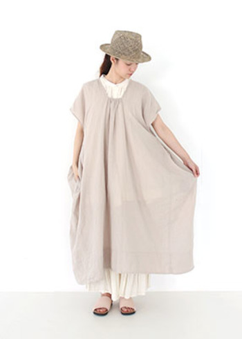 ふんわりしたボリュームで、すとんと着られるフレンチスリーブワンピース。淡いベージュは着まわしやすく、ナチュラルで優しい印象になりますね。