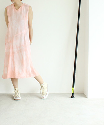淡いピンクがきれいなムラ染めワンピース。シンプルなワンピースで、きれいな色が際立ちます。