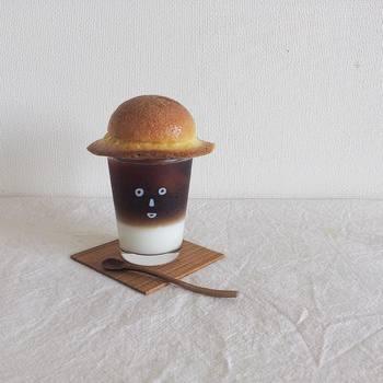ツートンコーヒーの上に、ぼうしパンをのせて、夏休み気分のかおグラスの出来上がり。ぼうしパンの大きさがちょうどいいのがとても面白いですね。