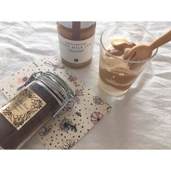 アイスクリームに濃厚ミルクジャムをとろりとのせて、贅沢なスイーツに。かおグラスの大きさはデザートを層にするのにもぴったりです。