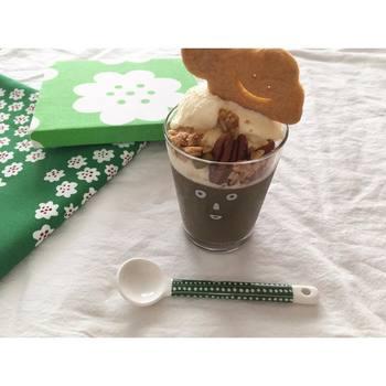 ほうじ茶プリンの上にアイスクリームをトッピングして、さらにくものかたちのクッキーをアレンジしました。ほうじ茶プリンの部分にお顔がきているので、表情がはっきりとしてときめいてしまいます。