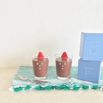 なめらかなチョコババロアにいちごをトッピングしたら、かおグラスの兄弟ができたみたい。チョコババロアの色味がやさしくて、ちょっととぼけたような表情に見えますね。