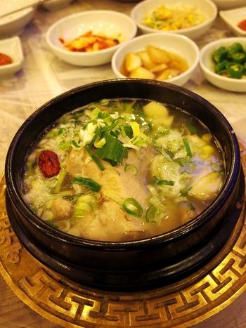 韓国で「サムゲタン(参鶏湯)」は夏の定番料理だとか。日本の土用の丑のうなぎのように、暑さでバテ気味の体を元気づけるスタミナ食として親しまれているそうです。夏の疲れが出る今日この頃。滋味深いサムゲタンは、じんわりと優しく体にしみわたりそうですね♪