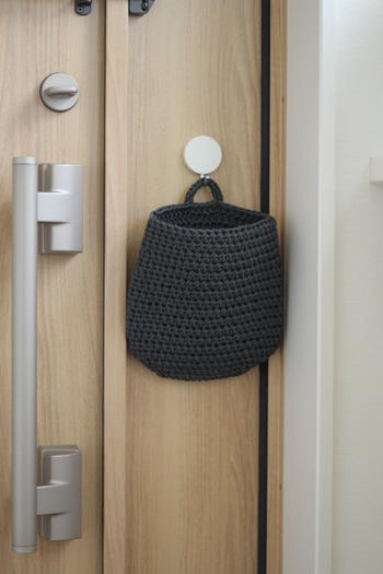 上の部分を伸ばせば、ドアフックなどにかけてウォールポケットとして使うこともできます。帽子やストールなど、ちょっとしたものを入れておくのにも便利そうですね。