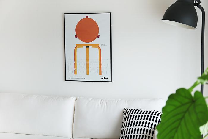Artekの「スツール60」のポスターは、オレンジ色のグラデーションが明るい印象。シンプルな北欧風インテリアに取り入れるとより効果的です。ポスターなら気軽に北欧の名作家具を楽しめるのでおすすめです。