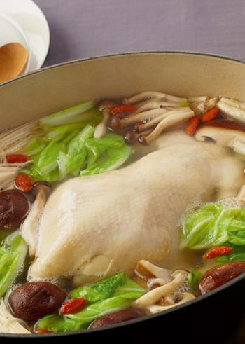 塩味ベースで丸鶏を豪快に煮込むサムゲタン風鍋。つけダレによって味を変えることもできますので、あきずにいろいろなパターンを味わえます。
