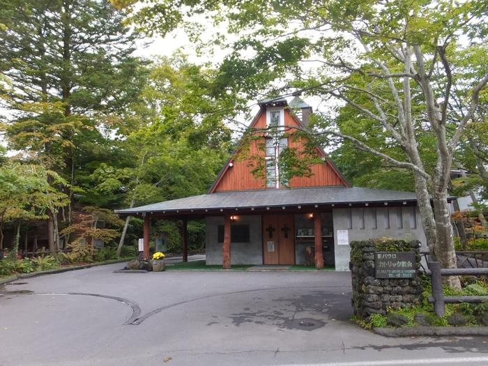 軽井沢は外国人によって開発された歴史もあったため教会が多く点在しています。「聖パウロカトリック教会」はアメリカの著名な建築家によって作られた由緒ある教会。