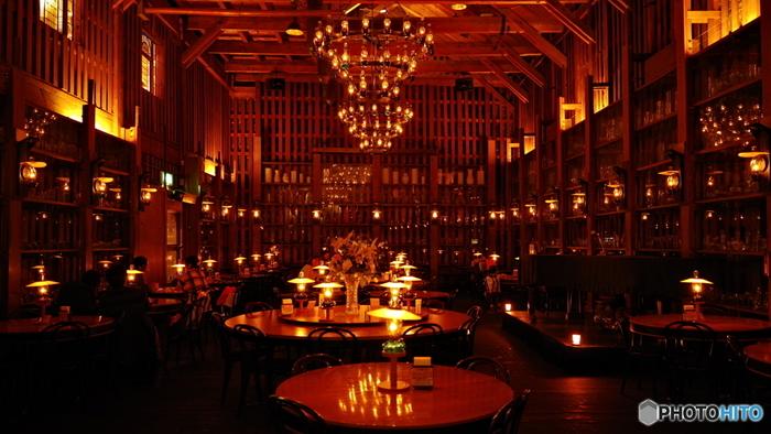 「北一硝子 三号館」の喫茶店「北一ホール」は、167個のランプが店内を照らすぬくもりの空間。あたたかなランプの灯に囲まれていると、安らぎと落ち着きが自然と感じられます。