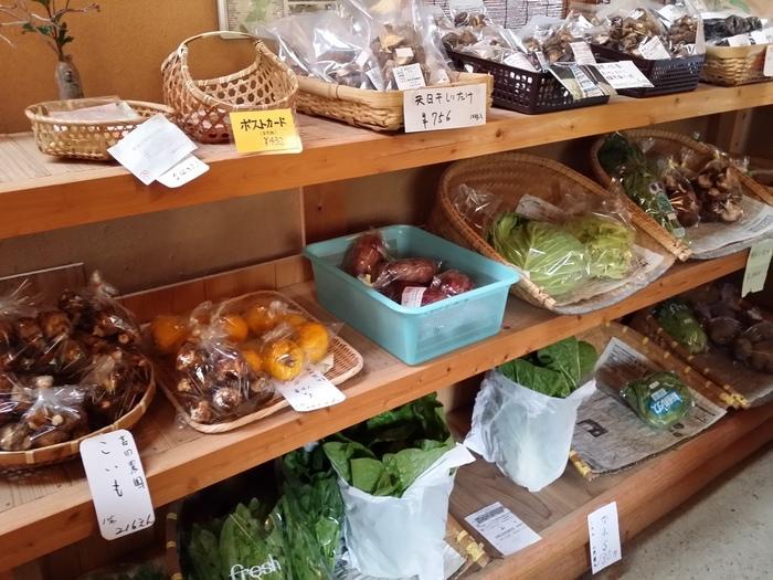「越畑フレンドパークまつばら」では、宕陰の特産物も購入できます。米や蕎麦、野菜や果物の他、木炭や漬物、ゆべしやジャム、日本酒や乾物など、加工品も豊富です。マイカーで来るのならぜひ立ち寄ってみましょう。