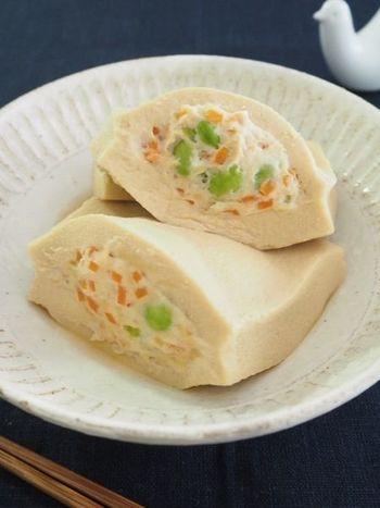 口に含んだ瞬間、じゅわっとが広がる高野豆腐のポケット煮。中には鶏むね挽き肉をはじめ、枝豆や人参なども入りボリュームも満点。熱々はもちろん、暑い日には冷蔵庫で冷やしていただくのもオススメですよ。