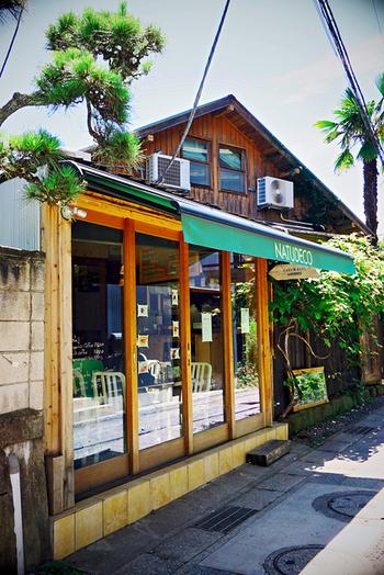 長谷寺に向かう途中、由比ヶ浜通りから一本脇にそれた細道にある「ナチュデコ」は、ナチュラル志向な地元マダムからも定評がある、光が降り注ぐ気持ちの良いレストランです。