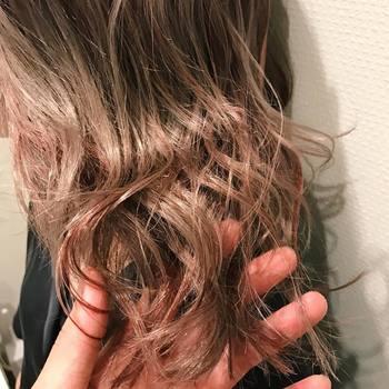 『イルミナカラー』のマイクロテクノロジーは、金属イオンを包み込み、カラー剤との過剰反応を減らします。髪の毛のダメージを抑えることができるようになったので、こんなにツヤツヤな髪に!