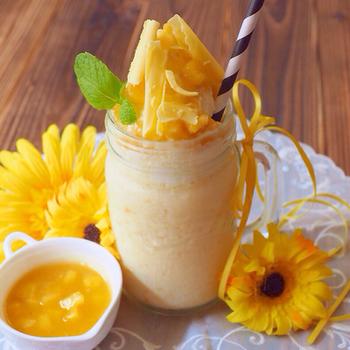 トロピカルな香りが広がる、フレッシュで甘酸っぱいパイナップルのフローズンドリンクです。夏に映える鮮やかなイエローでとっても美味しそう!