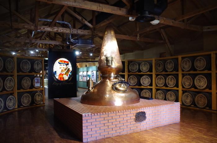 洋風の建築が立つ敷地内は、ヨーロッパを思わせる異国情緒が漂います。ウイスキーの製造行程が学べる蒸溜棟や発酵棟などのほか、ウイスキー造りの歴史をたどる「ウイスキー博物館」の見学もできますよ。  竹鶴氏と妻のリタが暮らした「旧竹鶴邸」も、一部公開されています。