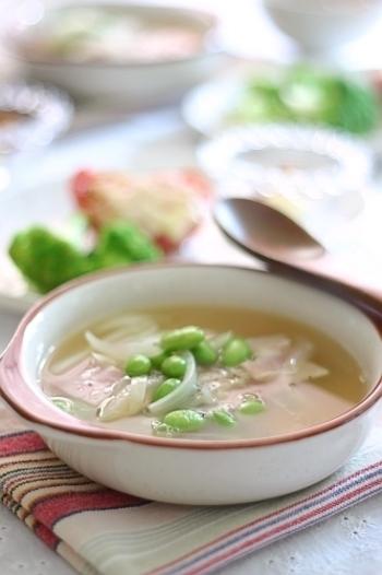 シンプルながらじんわり美味しいベーコンと枝豆のスープ。色鮮やかな枝豆が食欲をそそりますね。キャベツや人参、玉ねぎも入り、野菜の甘みとベーコンの旨みが楽しめます。