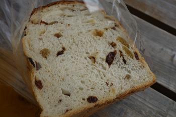 一番人気はレーズンがたっぷり入った「レーズン食パン」。パン生地の美味しさはもちろん、3種類のレーズンのそれぞれの絶妙な味わいが絶品です。