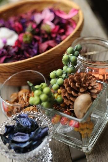 ドライフラワーは、できるだけ鮮やかに色を保っているものを選びましょう。乾燥した木の実やドライフルーツなども使えますが、あらかじめきちんと汚れを落としておくことが大切です。花材は百均のものでもOK!また、ガラス容器の煮沸消毒も忘れずに。