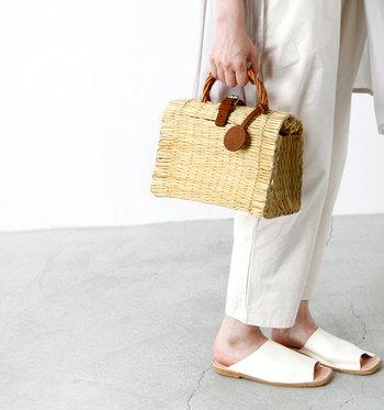 暑さが厳しい季節ですが、涼しげな小物アイテムを工夫してファッションを演出できるのは、夏ならではの楽しみ♪気分が高まる夏小物を手に、お出かけしてみませんか?