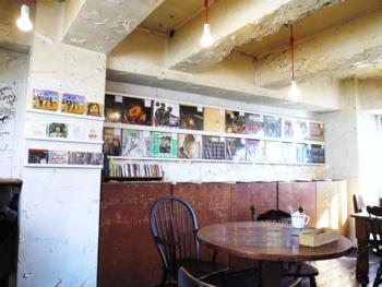 古いレコードに囲まれて楽しむ食事やお酒。明るく開放的で18時までは禁煙タイムということもあり、子供を連れて訪れる人も多いようです。