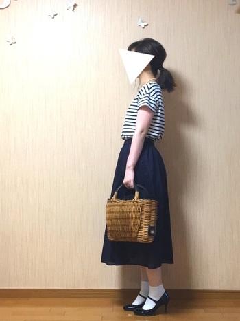 ボーダーTシャツをフェミニンなコーディネートに。カゴバッグにミモレ丈のスカート、ストラップ付きのパンプスなど可愛いアイテムをふんだんに取り入れたレディライクな着こなしが素敵ですね。