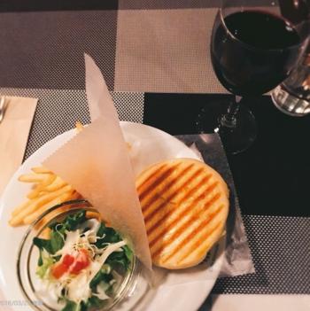 イタリアでは日常的に食べられているサンドイッチ、パニーニ。粉の配合にもこだわり、バターの代わりにオリーブオイルを使用したパニーニは、外はパリッと、中はもちもちした食感で絶品です。他にもシチューやグラタンなどのランチメニューもあります。