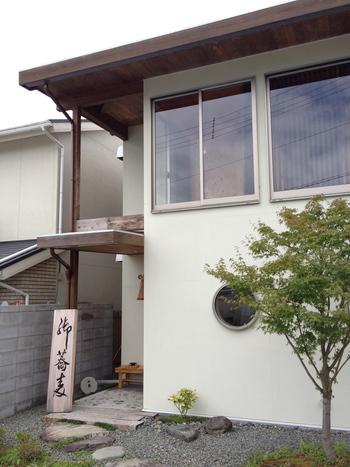 「蕎麦きむら」は、千歳車塚古墳から車で6,7分、桂川沿いの住宅街にある、亀岡で人気の蕎麦店です。