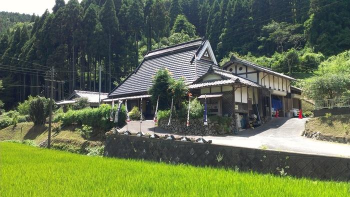 小川が流れ、周囲に田畑が広がる里山の中に佇む「いし田」は、亀岡で一番人気のそば処。連日大勢の客で賑わいます。