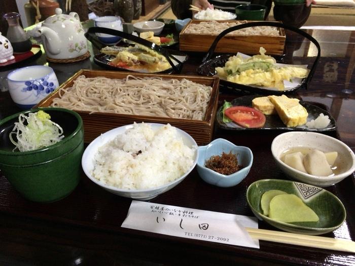 「いし田」は蕎麦だけでなく、自家栽培の米を釜で炊き上げた「ごはん」と自家栽培の野菜を使った天ぷらも人気。釜炊きのごはんは、おこげの香り良く、艶々。新鮮で瑞々しい野菜を使った天ぷらは、衣薄く、カラっとして美味と評判です。 【画像は「天ぷら定食」】