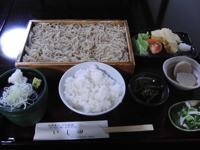 人気メニューは、「いし田」の魅力が詰まった「天ざる定食」と「ざるそば定食」。美味しいご飯や自家製漬物、煮物等が付いています。【画像は、「ざるそば定食」。】