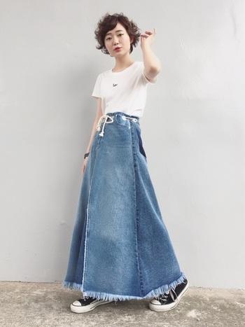 フレアシルエットのデニムスカートに、シンプルでコンパクトなTシャツを合わせたバランスいいコーデ。マキシ丈が大人っぽい印象です。