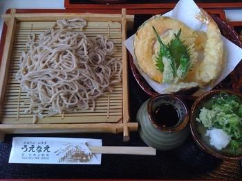 メニューは、自慢の手打ち蕎麦を使った「山菜そば」や「おろしそば」、「きつねそば」等の他、トンカツ等の定食類。大原ならではの蕎麦なら、特産の赤紫蘇と紫蘇の実を練り込んだ「大原女そば」がお勧めです。 【画像は、天ぷらも美味しいと評判の「天ざる蕎麦」。】