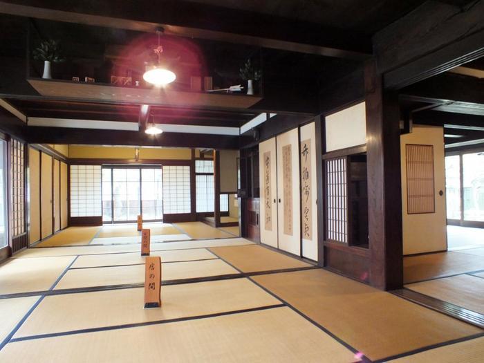 木代邸内部に一歩足を踏み入れると、江戸時代にタイムスリップしたような錯覚を感じます。三列六間の部屋、凝らされた重厚感ある佇まいは、江戸時代の大名屋敷の趣を現在に物語っています。
