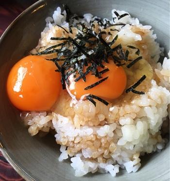 """「はんじ」で使う卵は、大原の地鶏が生んだ有精卵。  卵は、新鮮で濃厚。ごはんと混ぜて頂くと、出汁醤油の味わいと相まって絶品!と評判です。 【画像は、偶々双子だった卵の""""卵かけご飯""""】"""