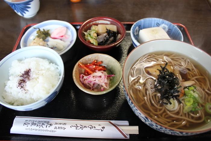 メニューは、里山・大原ならではの、地場の野菜や山菜をふんだんに使った蕎麦や定食。人気は、きのこそば、豆腐、自家製漬物、小鉢、ごはんがセットになった「田舎定食」。昆布出汁が効いた蕎麦も然ることながら、副菜の料理や漬物も自家栽培のお米も美味しいと評判です。
