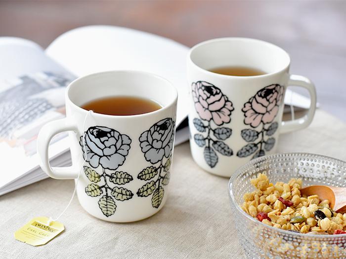 「Vihkiruusu」とはウェディングローズ(結婚式のバラ)の意味で、自分用はもちろん贈り物にもぴったり。同シリーズで人気となったラテマグと比べると淡い色合いのマグカップはエレガントな印象です。