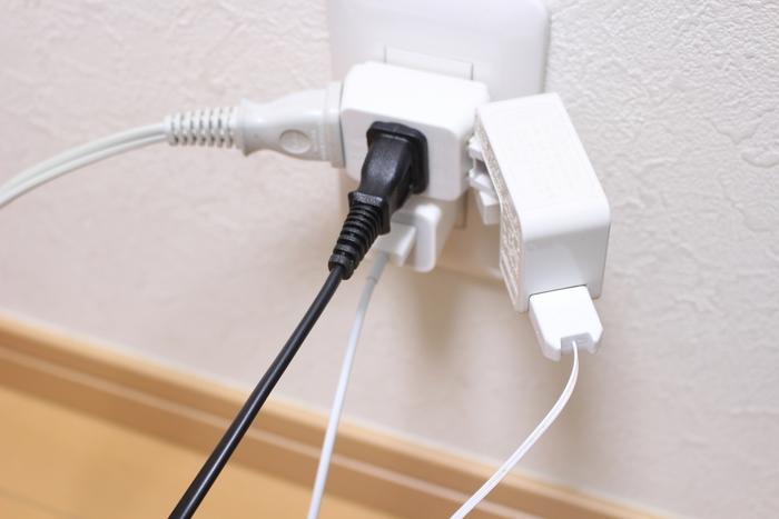 三つ又などの「コーナータップ」や、コードの先に沢山差し込み口のついた「テーブルタップ」に、コンセントを複数差す「たこ足配線」で、電流限度を超えないようにしましょう。 パソコンなど消費電力の小さなものだけなら問題ありませんが、タップに記された電気容量は安全の為、必ず守りましょうね。