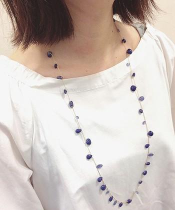 ロングタイプのネックレスは、二連にすることもできて2通りのつけ方を楽しめます。ラピスラズリとタンザナイトを組み合わせたブルーのグラデーションがキレイですね。