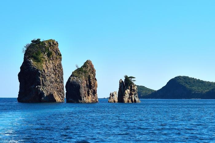 三郎岩は、海士町菱浦港から北東の海上に浮かぶ3つの巨岩の総称です。碧い海に、仲良く並ぶ大きな3つの巨岩が周囲の景色と見事に融和し、独特の景観美をつくり出しています。