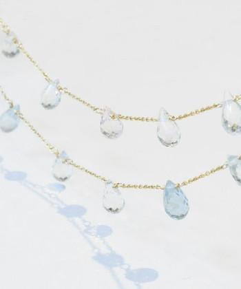キラキラと光るアクアマリンのロングネックレスは、シンプルな装いにおすすめ。透明感があるので、他のネックレスと重ねづけしても。  ブルーだけでなく、イエローやピンクなどのアクアマリンも使われているので、見る角度によって印象が違うのも魅力です。