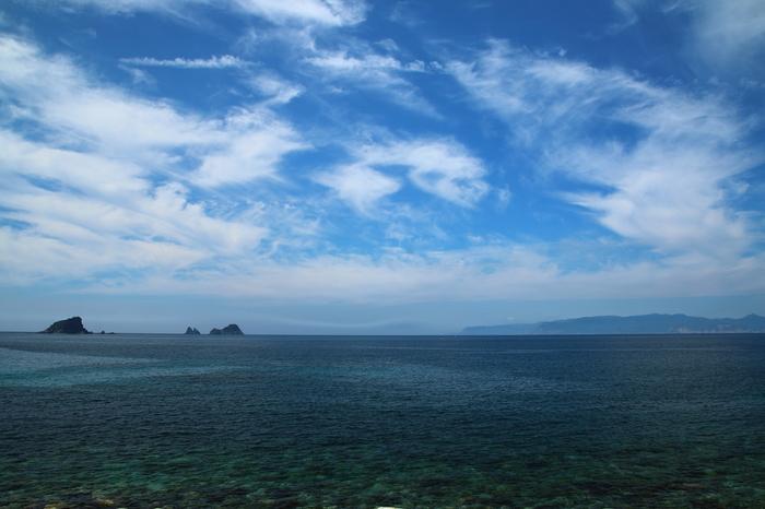 抜群の透明度を誇る碧い海広がる明屋海岸は、海士町を代表する景勝地の一つです。抜けるような青空と、陽射しを浴びて輝く碧い海が織りなす景色は絶景そのもので、明屋海岸は、海士町で最も美しい海岸とも称されています。