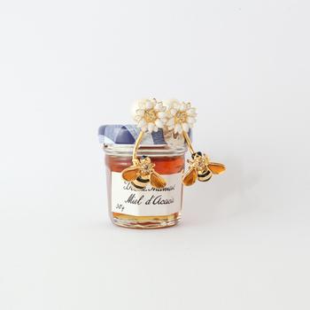 こちらは白いお花と、それに寄ってくるミツバチをモチーフにしたユニークなデザイン。耳元で揺れるミツバチは、まるで本当に飛んでいるかのよう!
