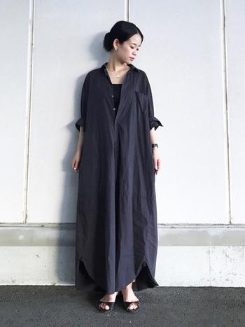 くるぶしより長いマキシ丈のシャツワンピースは、さらりと着るだけで今年らしさが◎全体をブラックのボリューム感のあるシルエットでも、袖口をロールアップしたり3つの首をみせてあげれば、重くなりすぎず女性らしく着こなせます。