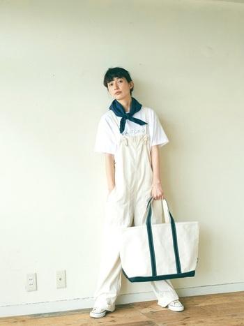こちらは、ボリュームのあるトートバッグを主役にした着こなし。オールホワイトコーデながら、トートバッグの持ち手と首元のスカーフの色を合わせて、おしゃれなアクセントをプラス。
