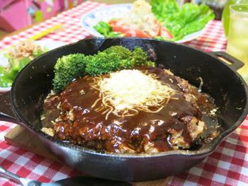 スキレットとひき肉、チーズを用意してすぐに作れるお手軽レシピ。  スキレットいっぱいのハンバーグ、屋外で食べると美味しさも一層UPしそうです♪