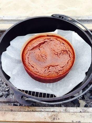 アウトドアでもこんな本格ケーキが作れちゃうんです。  ダッチオーブンで作るとろーりショコラで、おいしいアウトドアティータイムを楽しんでみませんか?