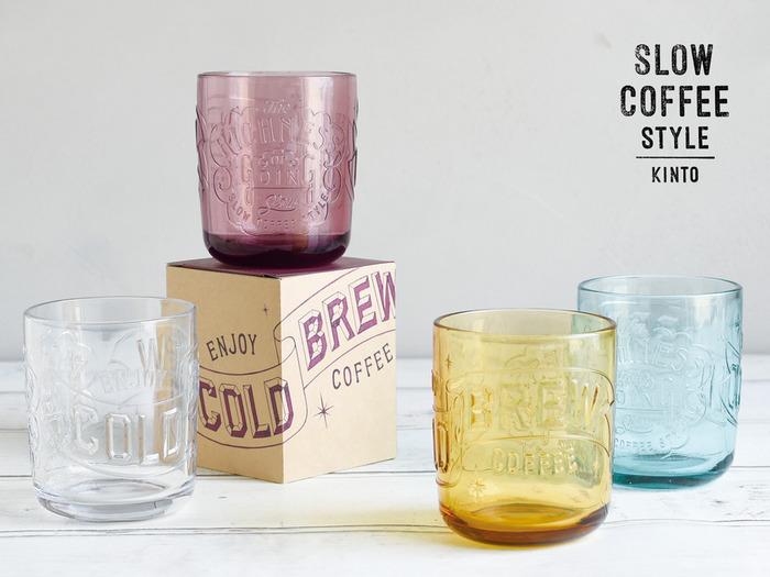 """""""スローという贅沢""""というテーマでKINTOが提案する「SLOW COFFEE STYLE」。その人気の新作、コールドブリューコーヒータンブラーは、フリーハンドで描かれたサインペイントを立体的に表現し、個性的なデザインに仕上げたものです。"""